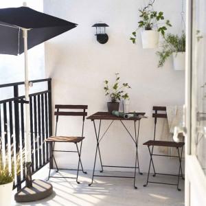 Niewielka powierzchnia balkonu wymusza użycie mebli o niewielkich gabarytach. Fot. IKEA