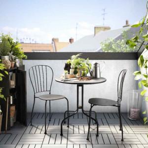 W tym sezonie największą popularnością cieszą się meble outdoorowe z drewna i metalu. Fot. IKEA