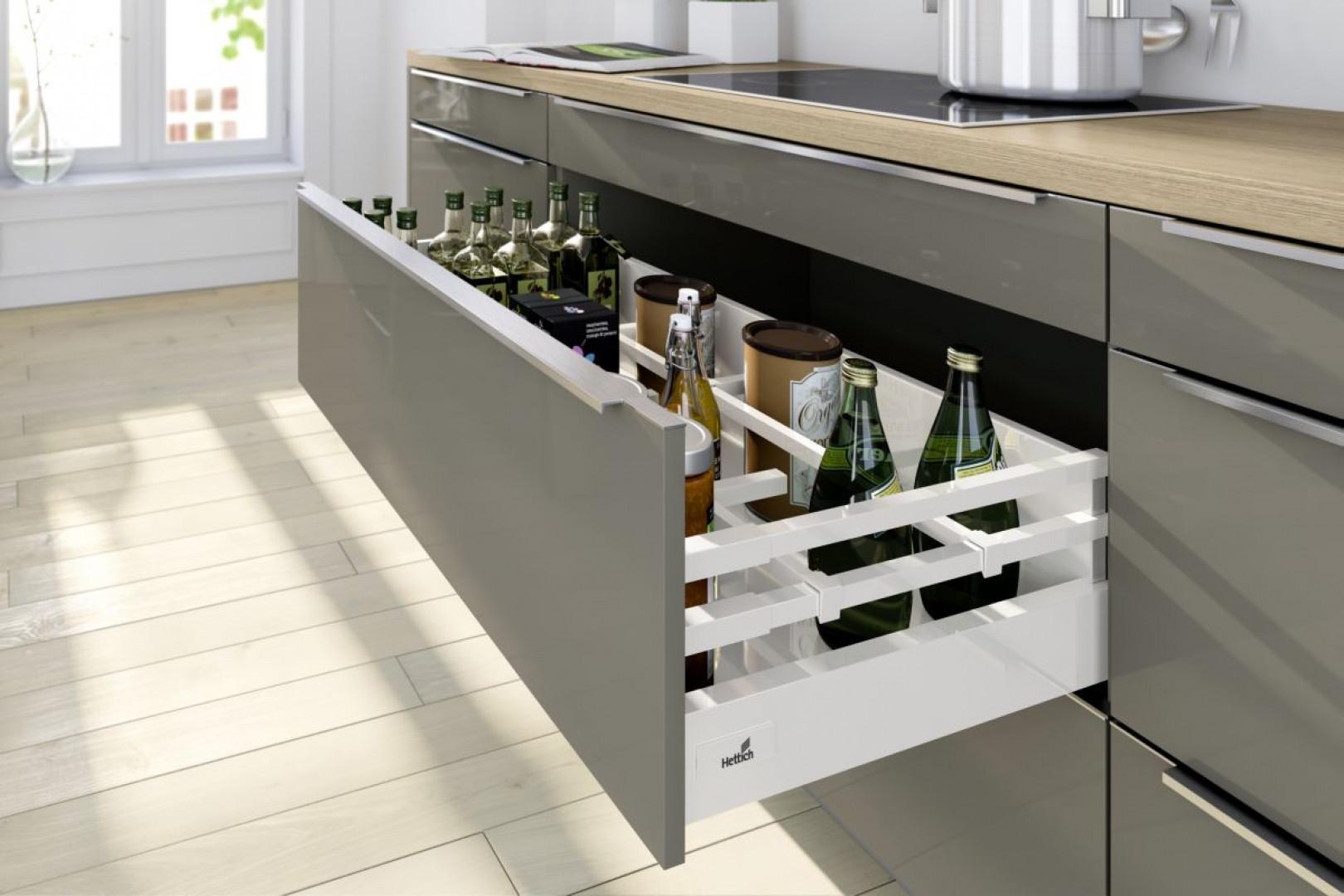 System szuflad InnoTech Atira (Hettich) z podwójnym relingiem skutecznie  stabilizuje wysokie butelki. Fot. Hettich