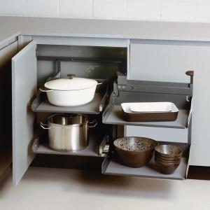 Praktyczne zagospodarowanie narożnika szafki kuchennej. Fot. Peka