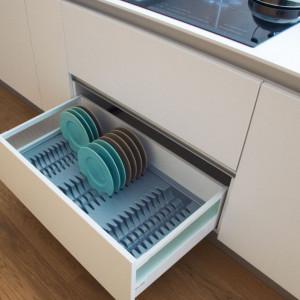 Specjalne wkłady zastosowane w szufladzie kuchennej ułatwiają ułożenie w nich np. talerzy. Fot. Peka