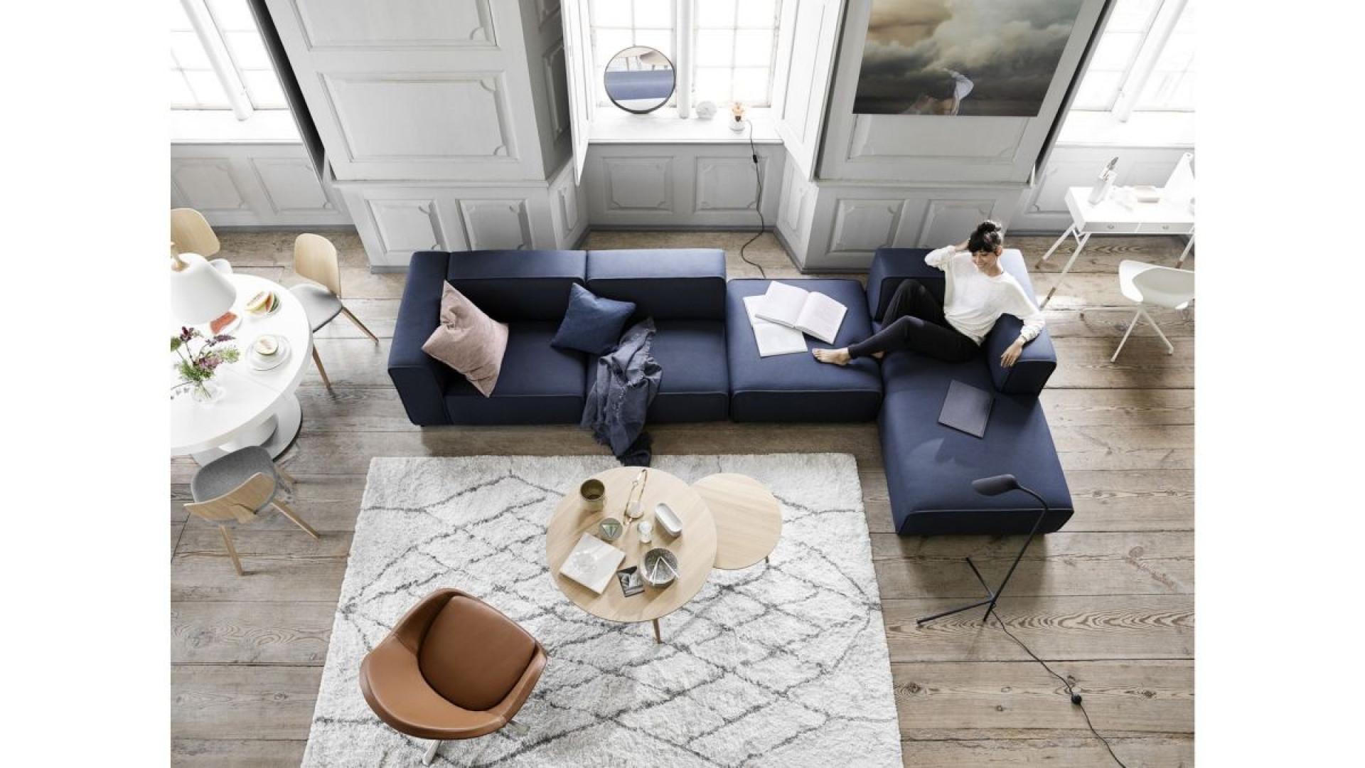 Granatowa sofa w stylu skandynawskim. Fot. BoConcept