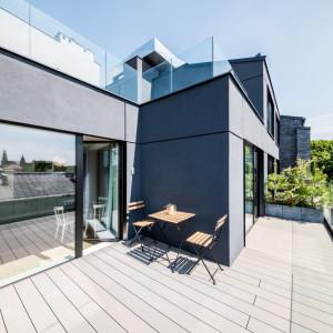 Taras w krakowskim apartamencie, zaprojektowanym przez pracownię Grid Studio Projektowe. Fot. Grid Studio Projektowe