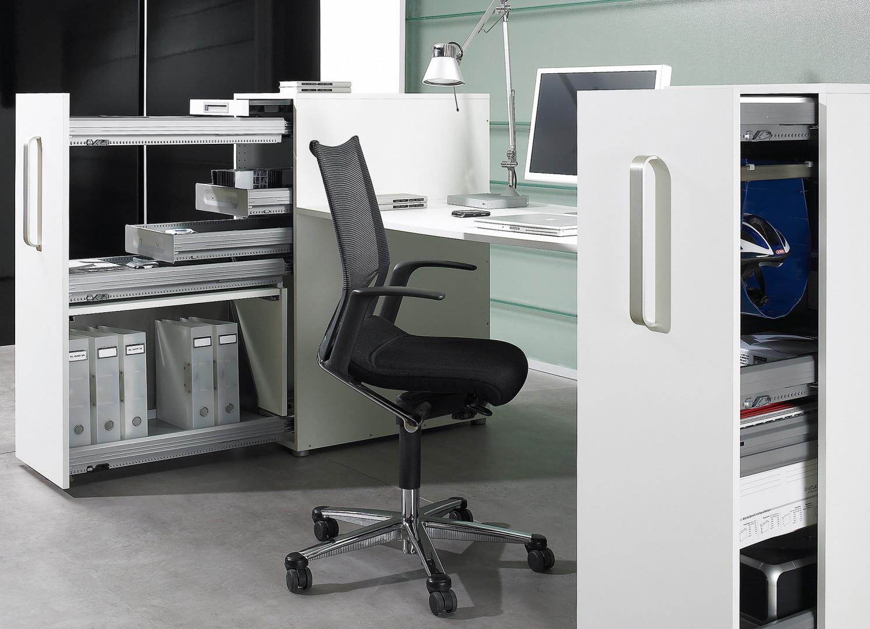 Oprócz ergonomii, podstawowym wyznacznikiem dla projektantów mebli biurowych jest zasada efektywnej organizacji przestrzeni i łatwego dostępu do przechowywanych dokumentów. Fot. Hettich