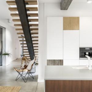 Różnorodne dekory inspirowane drewnem, zastosowane na frontach mebli kuchennych, doskonale komponują się z białym blatem. Fot. Pfleiderer