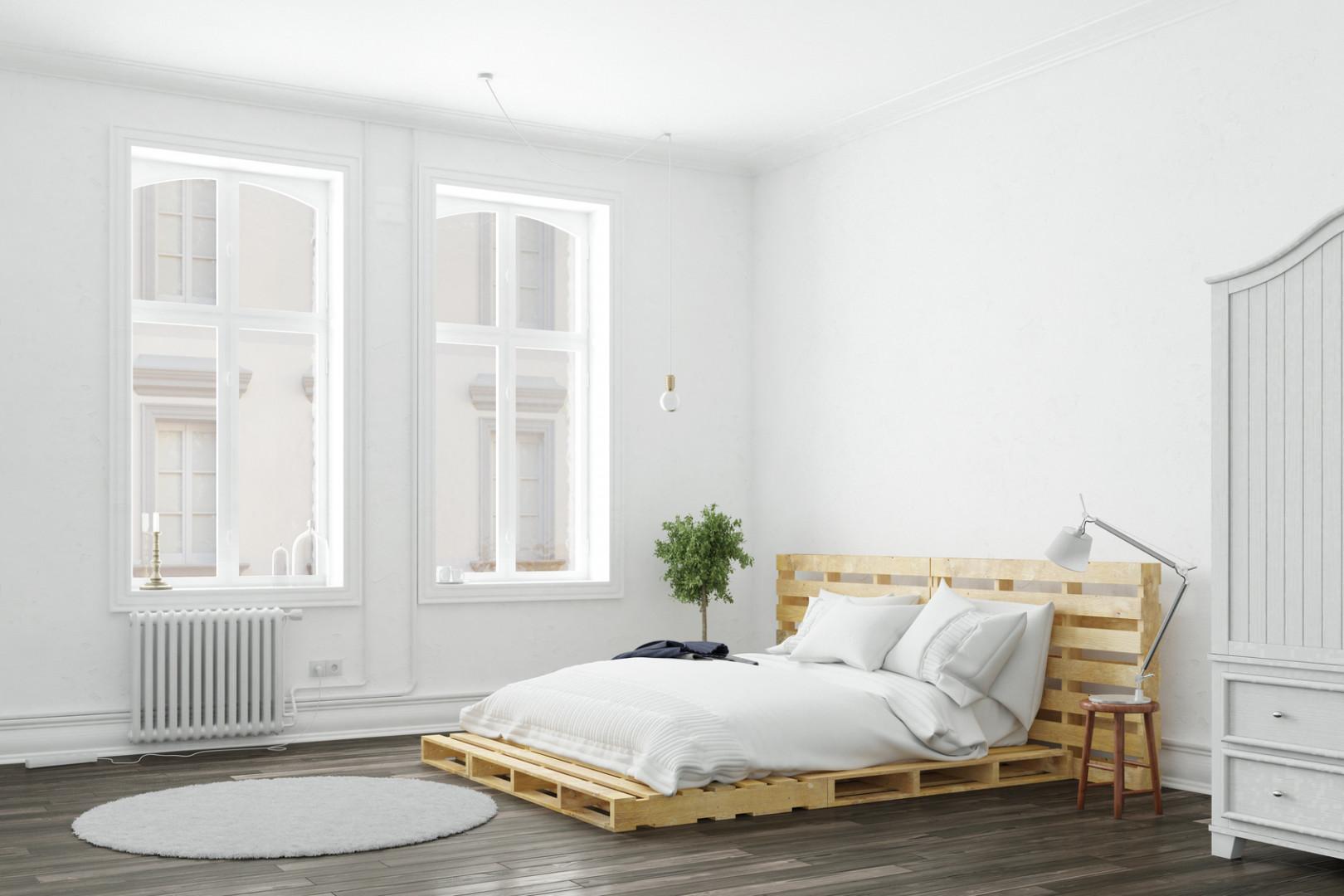 Łóżka z palet w jasnych barwach to propozycja dla osób lubiących wnętrza utrzymane w skandynawskim stylu. Fot. Drewnochron