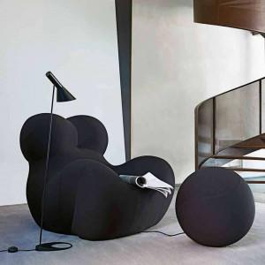 Komfortowy fotel z podnóżkiem w kształcie piłki. Fot. B&B Italia