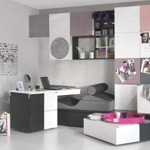 Biurko na kółkach, dopasowane wysokością do łóżka - to dobry wybór do mieszkania singla. Fot. Vox