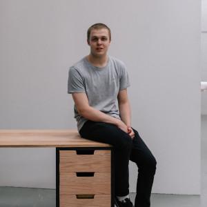 David Howson ze swoim biurkiem. Fot. Ben Tynegate