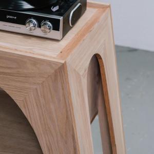 Daisy Brunsdon zaprojektowała szafkę na gramofon i alkohole. Fot. Ben Tynegate