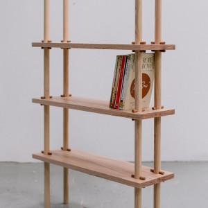 Michael Buick stworzył serię półek inspirowanych japońskim minimalizmem i starą techniką drewnianych łączeń na kołki. Fot. Ben Tynegate