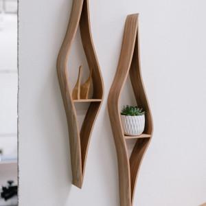 Marcin Waszak, projektując swoje szuflady ścienne, inspirował się falistymi, organicznymi kształtami. Fot. Ben Tynegate