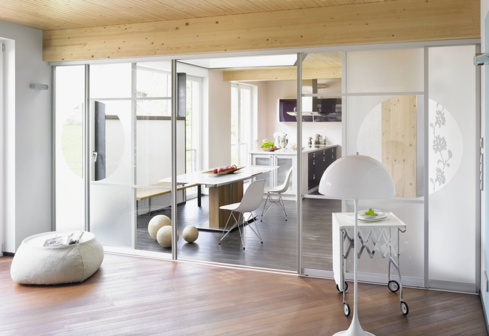 Szklane drzwi przesuwne mogą rozdzielać pomieszczenia. Fot. Raumplus