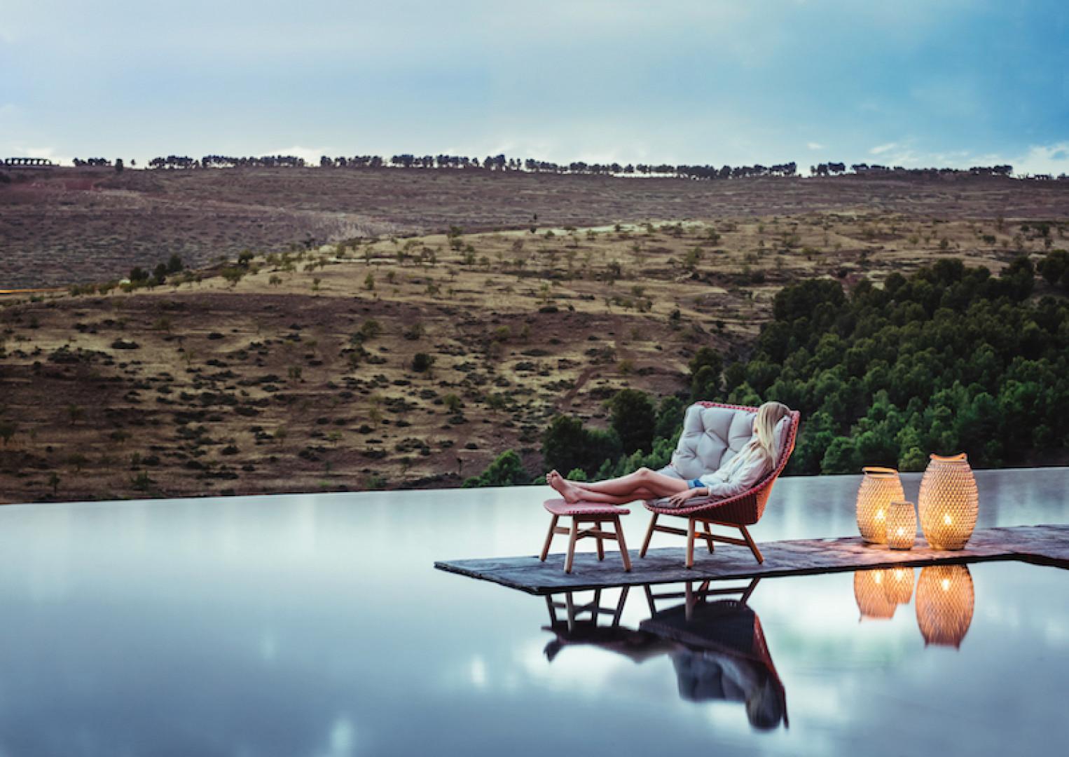 Fotel z kolekcji Mbrace firmy Dedon. Projekt: Sebastian Herkner. Fot. Dedon