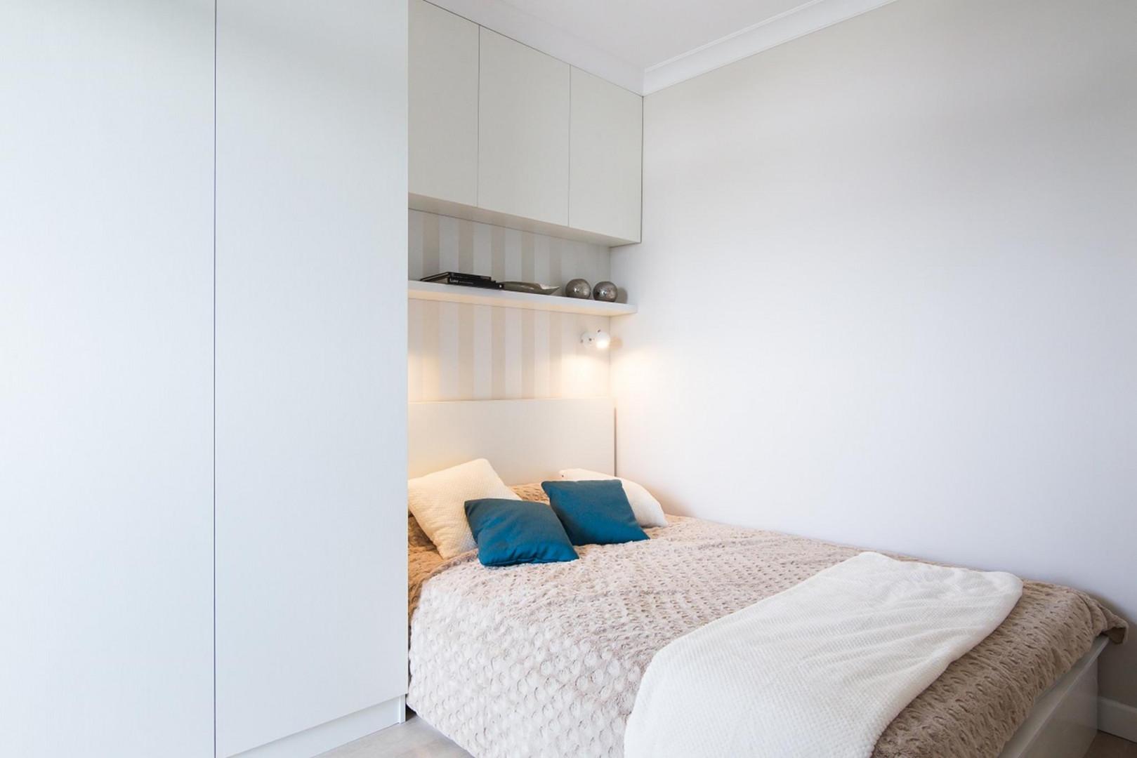 W małej sypialni pomyślmy o łóżku z opcją schowka. Fot. The Space