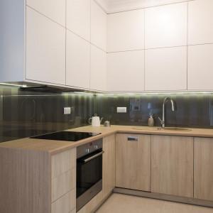 W małej kuchni sprawdza się zabudowa aż po sufit, czyli im więcej szafek, tym lepiej. Fot. The Space