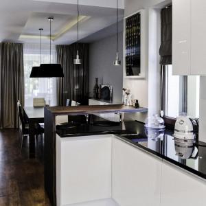 Dużą popularnością cieszą się białe zabudowy kuchenne. Fot. The Space