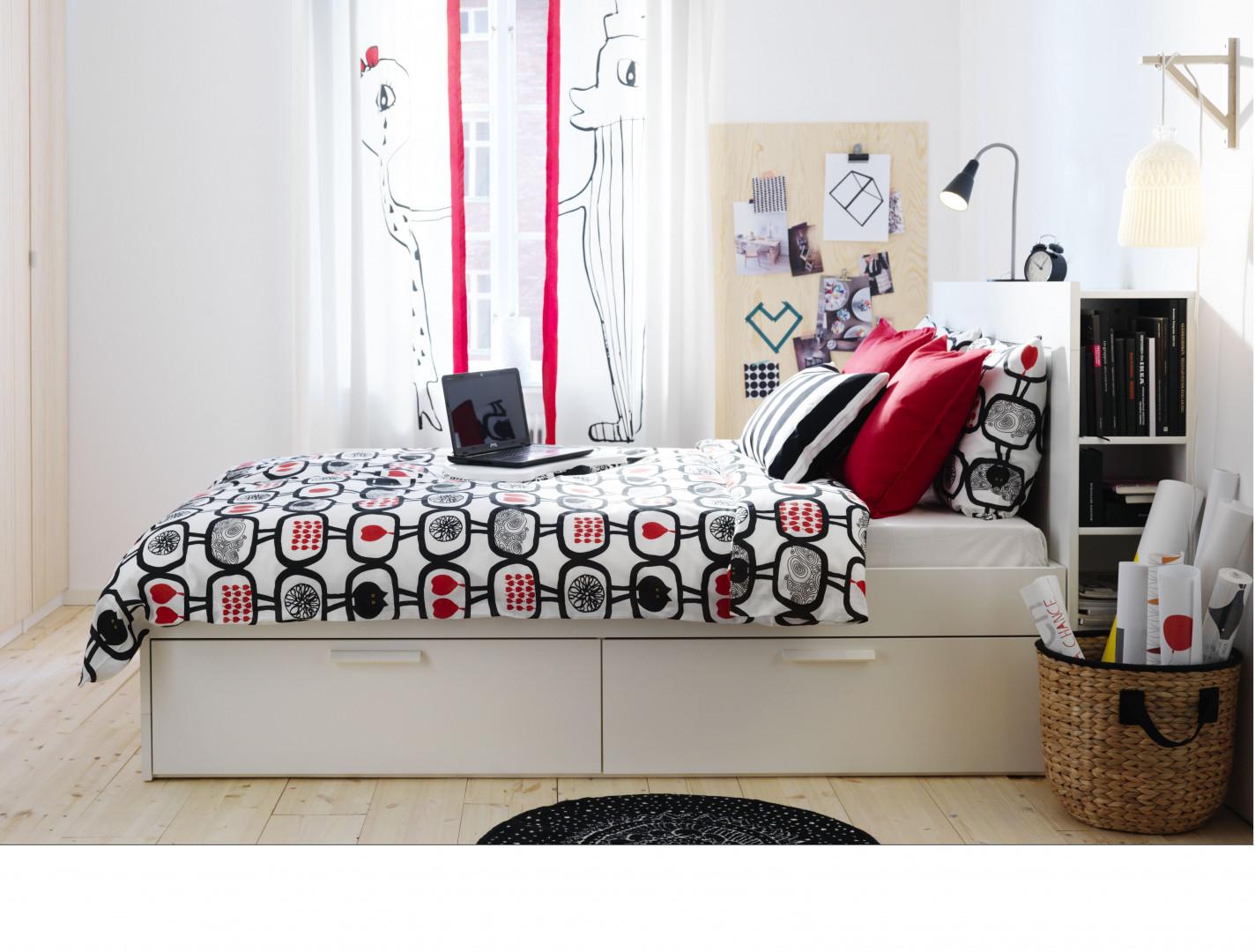 Łóżko Brimnes z szufladami i miniregałem za wezgłowiem. Fot. IKEA