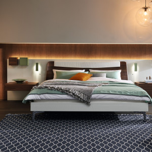 Łóżko z podświetleniem i szafkami nocnymi. Fot. Huelsta