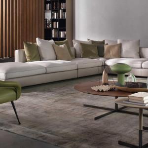 Szerokie, niskie siedzisko to element efektowny i wygodny. Fot. Flexform/Studio Forma 96