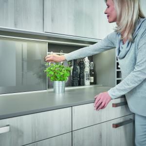 Drzwi przesuwne doskonale sprawdzają się w kuchni. Fot. Hettich