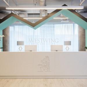 Projektanci z JMW Architekci wymyślili nietypową recepcję w kształcie piktogramu domu przypominającego dziecięcy rysunek. Fot. Westwing Home & Living