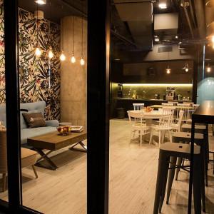Sercem firmy jest kuchnia połączona z kawiarnią, tzw. Westwing Caffe, wystrojem nawiązująca do tradycyjnych kawiarni w mieście. Fot. Westwing Home & Living