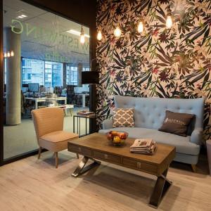 W recepcji znalazła się też wygodna sofa ze stolikami kawowymi, można przy nich usiąść, czekając na umówione spotkanie i obejrzeć liczne albumy o wnętrzach. Fot. Westwing Home & Living