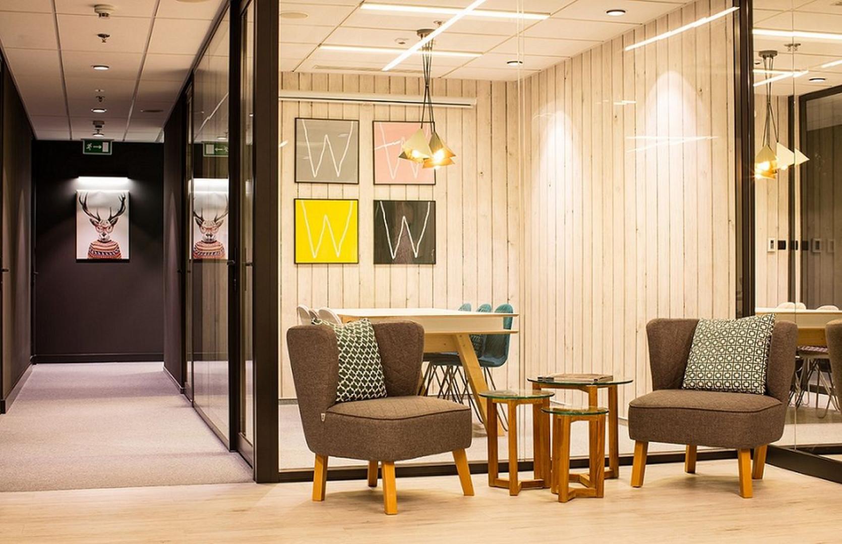Salki spotkań urządzone są w róznych stylach. Fot. Westwing Home & Living