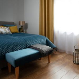 Ciemne kolory też pasują do sypialni. Fot. Dekoria.pl