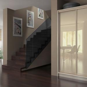 Fronty szafy warto dobrać do stylu wnętrza. Fot. Komandor
