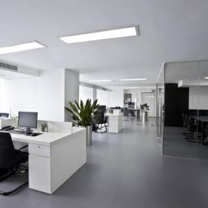 Ciekawym rozwiązaniem jest zastosowanie w biurze paneli LED z możliwością regulacji barwy światła. Fot. GTV