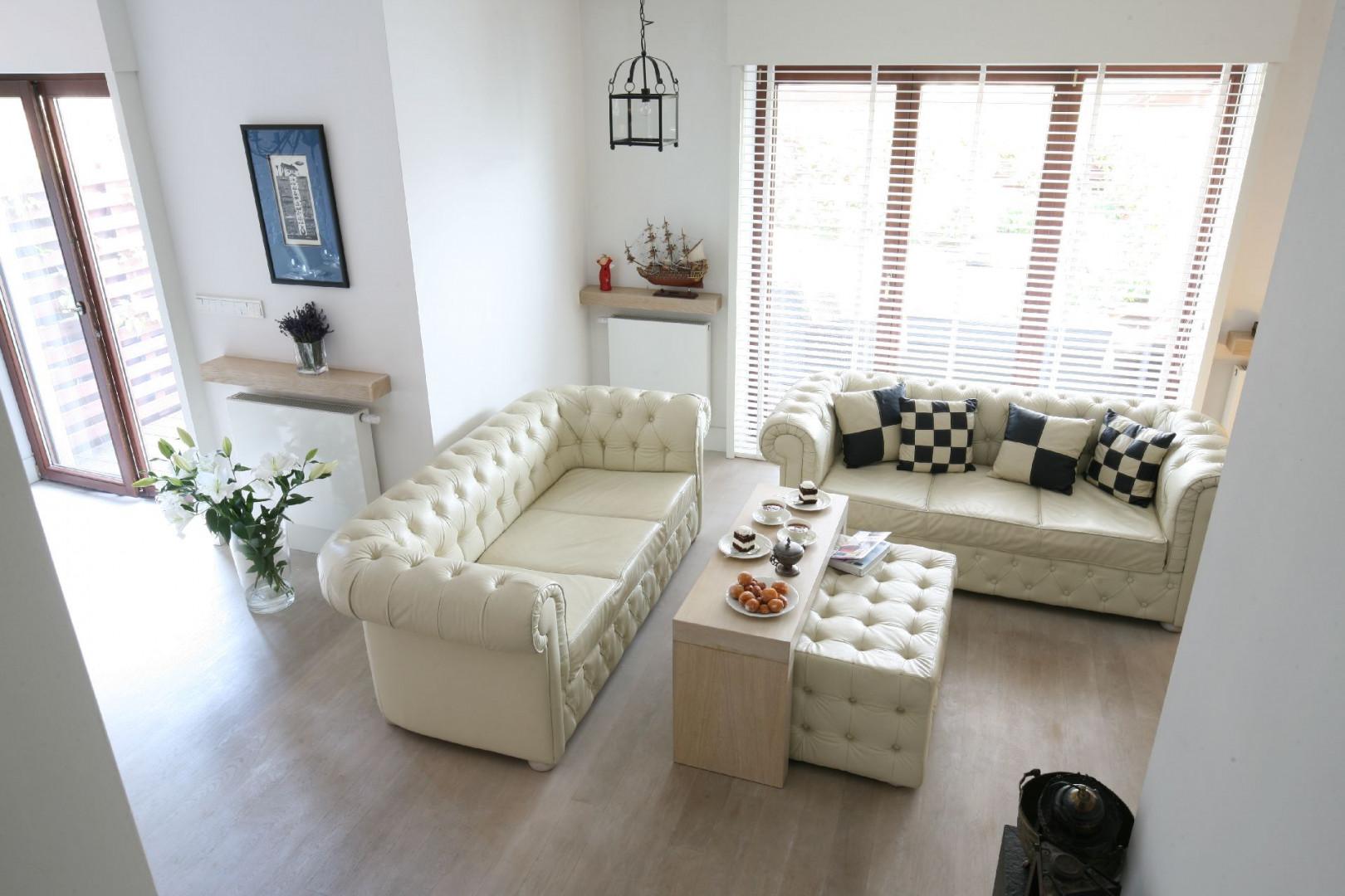 Pikowane sofy typu chesterfield doskonale pasują do stylu glamour. Projekt Jarek Jończyk Monika Włodarczyk Fot. Bartosz Jarosz