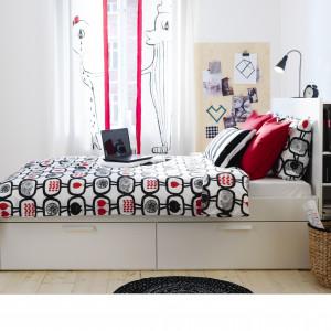 Łóżko Brimnes z podręcznym regałem i szufladami. Fot. IKEA