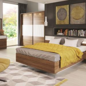 Sypialnia Zefir - łóżko z dołączonymi szafkami nocnymi. Fot. Szynaka Meble