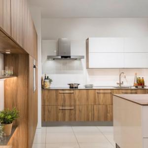 Szklany laminat Rehau jest stosowany z powodzeniem na ścianach i frontach szafek, na pasie nad blatem roboczym w kuchni, może z niezłym skutkiem pokrywać drzwi szafek, wnęki i miejsca trudno dostępne. Fot. Rehau