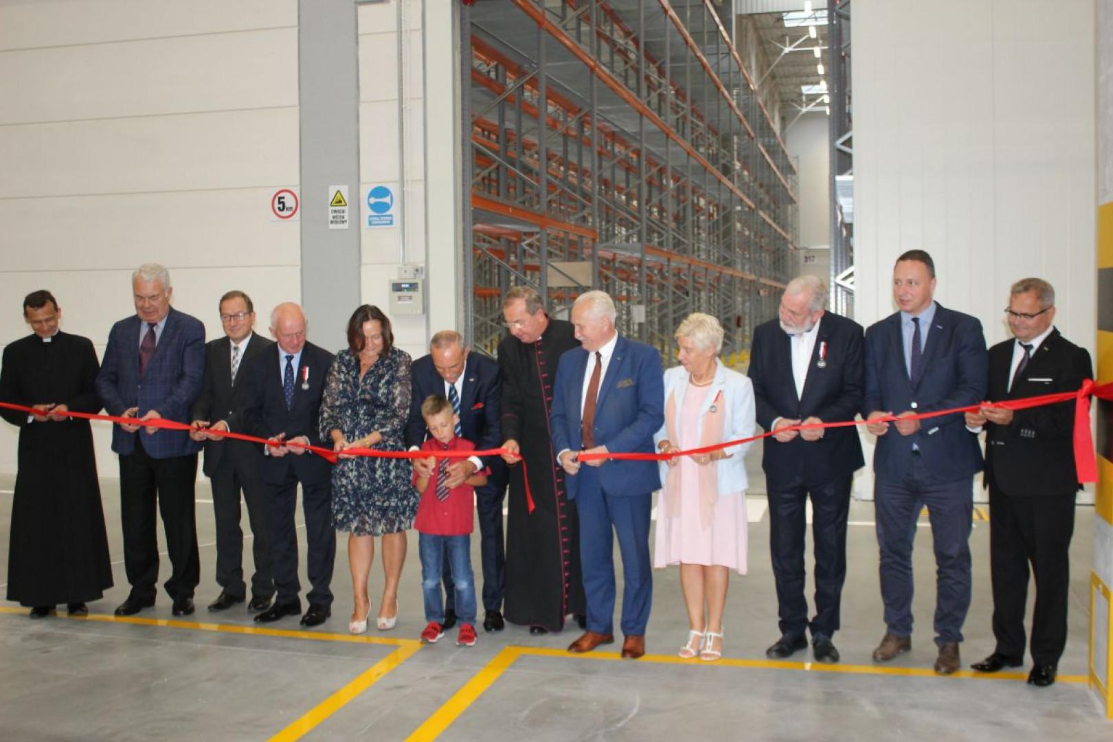 Uroczyste przecięcie wstęgi podczas otwarcia nowej części Centrum Logistycznego Logistic firmy Szynaka Meble. Fot. Mariusz Golak