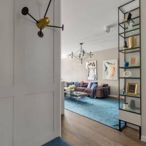 Ciekawym elementem wnętrza są czarno-złote wieszaki w korytarzu. Projekt: Of Design. Fot. Pion Poziom Fotografia Wnętrz