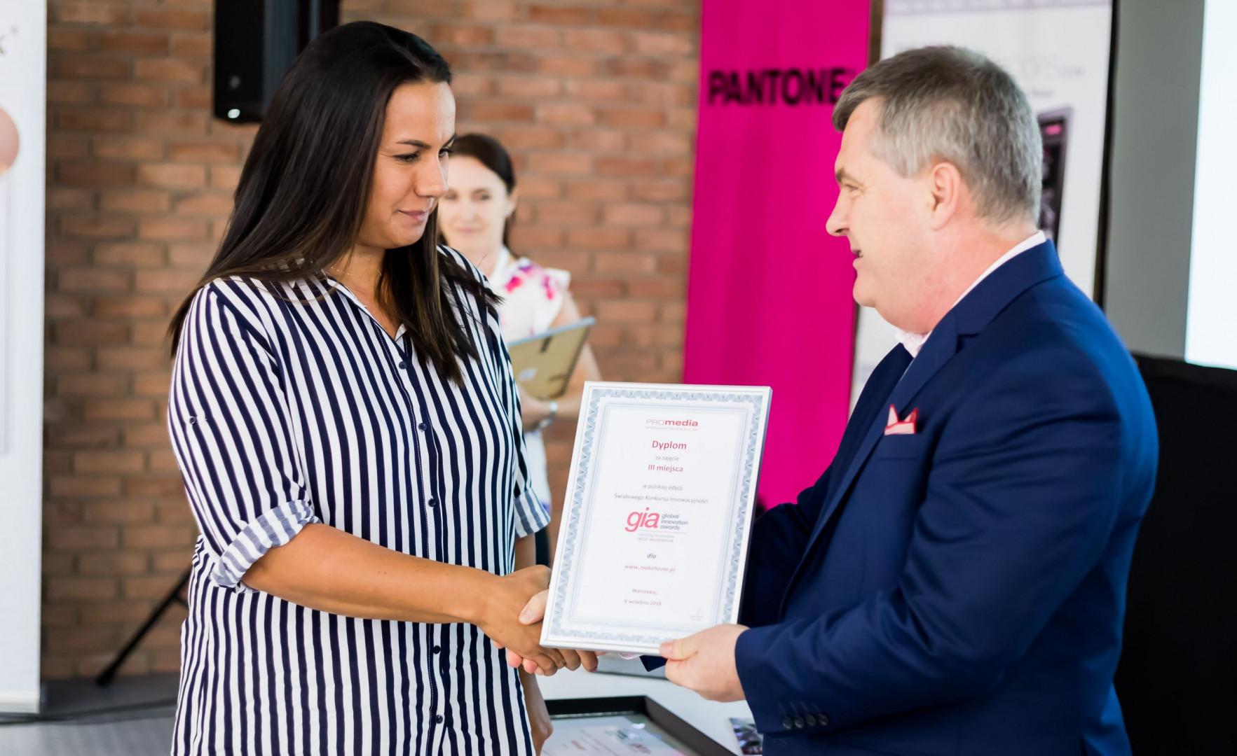 Kinga Świątek-Wolna, customer service manager Make Home, odbiera pamiętkowy dyplom. Fot. Make Home