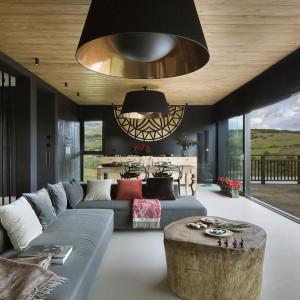 Do salonu z widokiem na łąki... stolik z pnia drzewa. Fot. Yassen Hristov