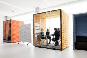 Jak uratować open space w biurze? Pomysły producentów mebli