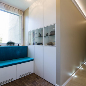 W narożnikach warto zamontować półki, które dostarczą dodatkowej powierzchni na przechowywanie rzeczy. Fot. The Space