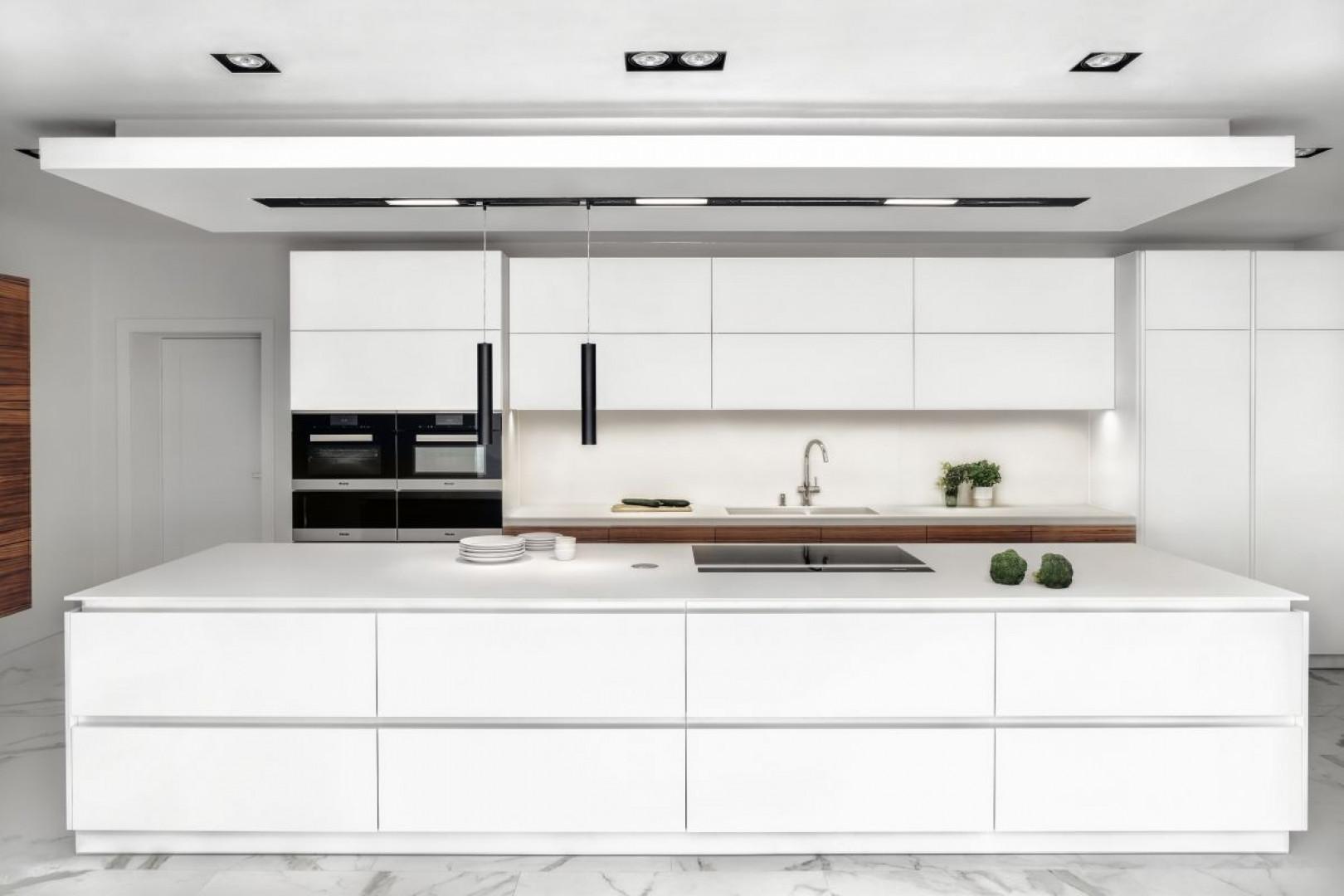 Prezentowaną kuchnię wyróżnia czysta, minimalistyczna forma, której wyróżnikami są wyważone proporcje i rytm geometrycznych podziałów. Fot. Zajc