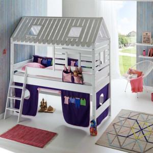 Piętrowe łóżko w kształcie małego domku na pewno ucieszy małego użytkownika. Fot. Seart