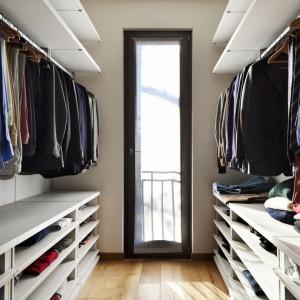 Planując garderobę, kierujmy się zasadą, że mniej znaczy więcej. Nie chodzi o mnogość rozwiązań, lecz ich użyteczność. Fot. Activejet