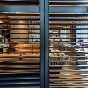 Szlachetnych materiałów w tym apartamencie nie brakuje: egzotyczne forniry, postarzane lustra, tapety. Fot. Viva Design