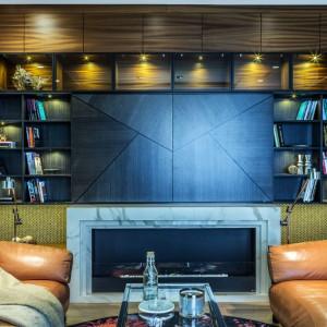 W salonie uwagę zwracają kominek i duża biblioteka. Fot. Viva Design