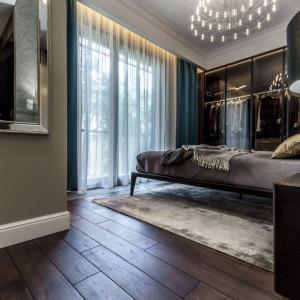 Tuż obok łóżka zaaranżowano garderobę z frontami z przydymionego szkła. Fot. Viva Design