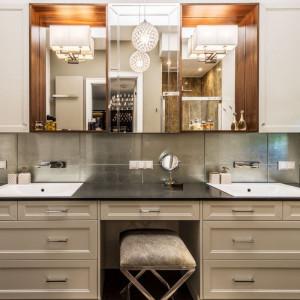 Centralną część łazienki zajmuje mebel pełniący rolę komody z dwoma wpuszczonymi w blat umywalkami oraz blatem granitowym. Fot. Viva Design
