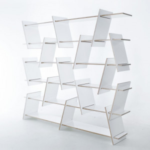 """Skośne przekładki i niewyrównane półki, z których zbudowany jest regał """"Italic Shelf"""" (Nowymodel.org), mogą być montowane na wiele różnych sposobów, zapewniając szerokie możliwości aranżacyjne. Fot. Nowymodel.org"""